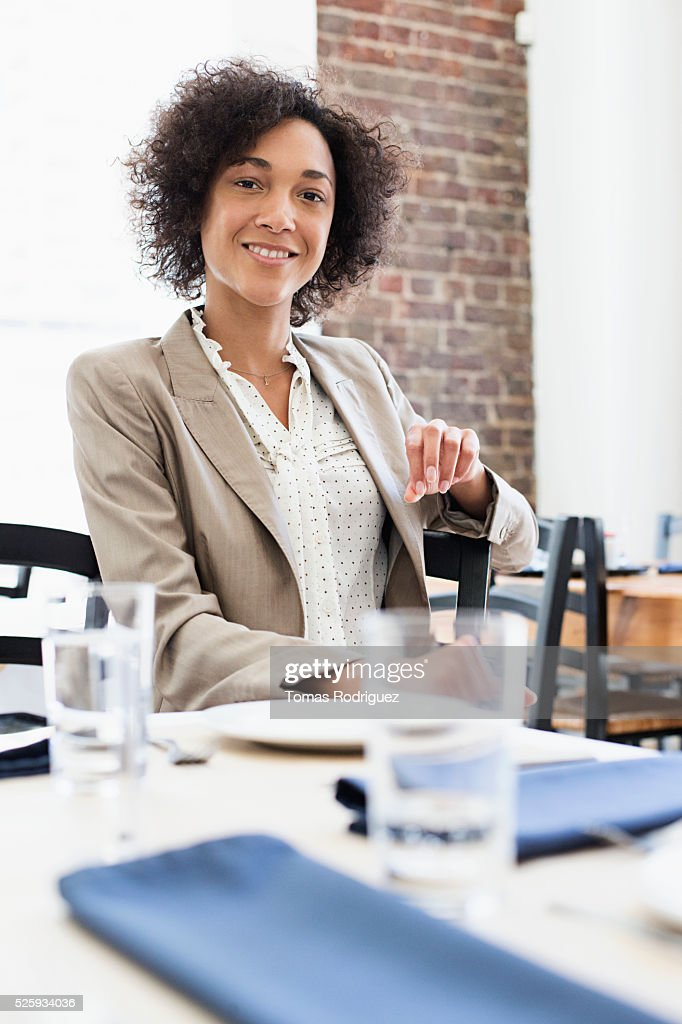 Businesswoman sitting in restaurant : Foto de stock