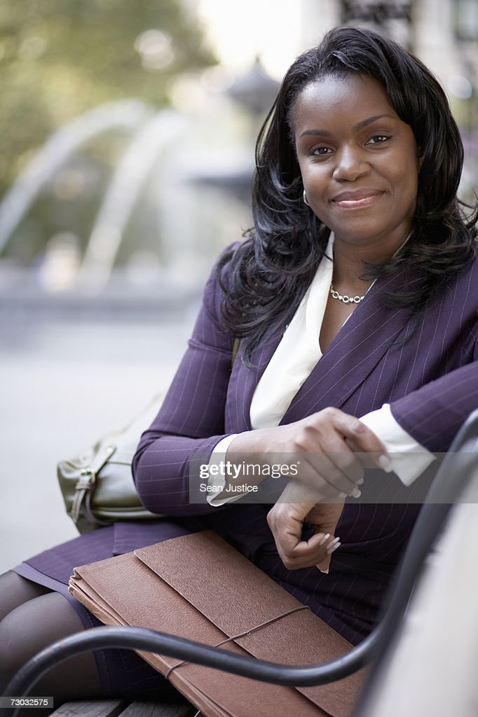 Businesswoman Sitting On Park Bench Portrait Stock Foto