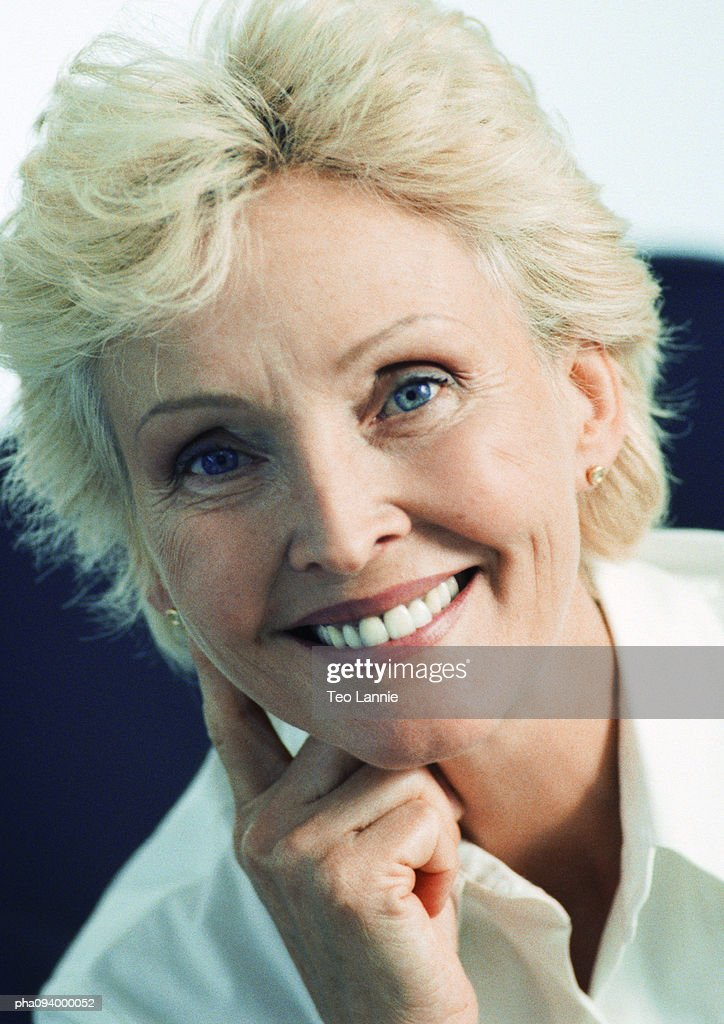 Businesswoman smiling, close-up : Stockfoto