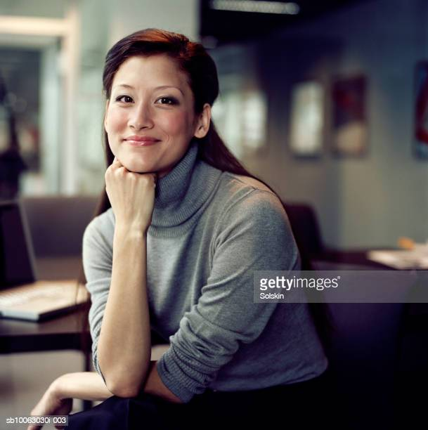 businesswoman smiling, close-up, portrait - nur japaner stock-fotos und bilder