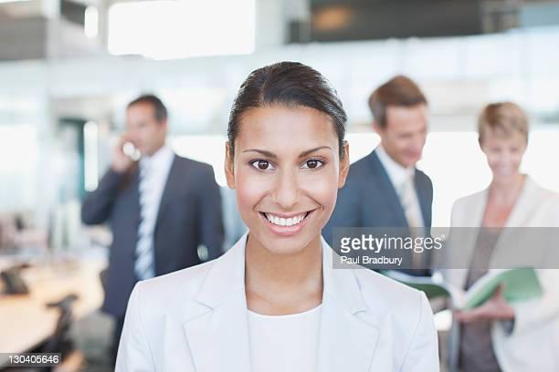 Femme d'affaires souriant dans un bureau