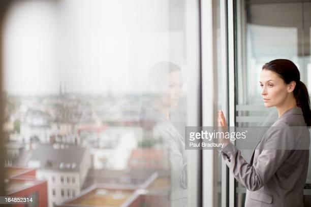 Geschäftsfrau im Büro Fenster