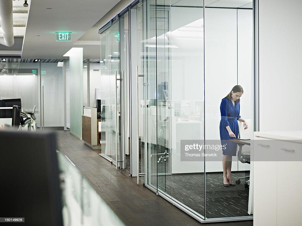 Businesswoman standing in conference room : Bildbanksbilder