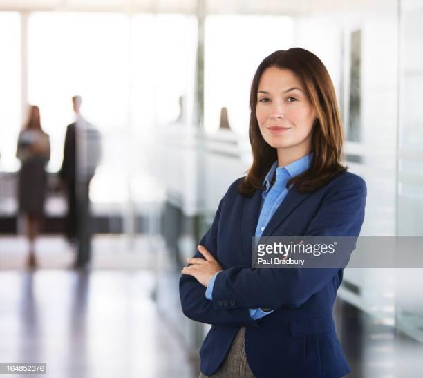 Geschäftsfrau in Büro-Korridor