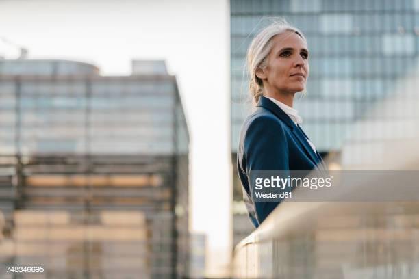 businesswoman standing on bridge - unabhängigkeit stock-fotos und bilder