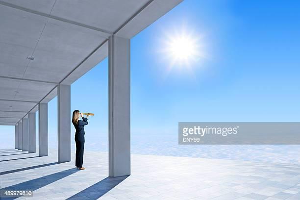Geschäftsfrau Blick durch das Lupen auf Pavillon