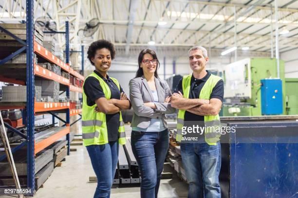 femme debout, magasiniers en usine - petit groupe de personnes photos et images de collection