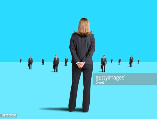 Zakenvrouw staat en wordt geconfronteerd met een Team van ondernemers