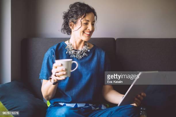 empresária levando uma pausa - mulheres de idade mediana - fotografias e filmes do acervo
