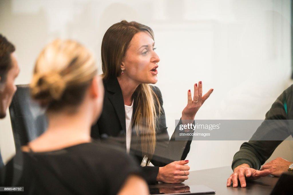 Empresária, falando na reunião de diretoria. : Foto de stock