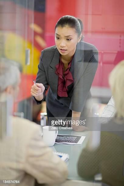 Femme d'affaires dans les salles de réunion