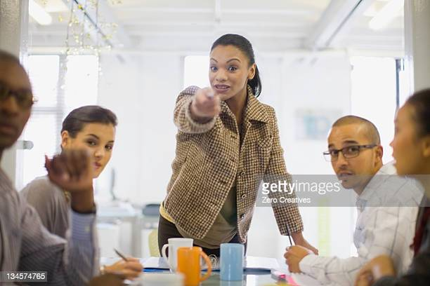 会議で話しているビジネスウーマン