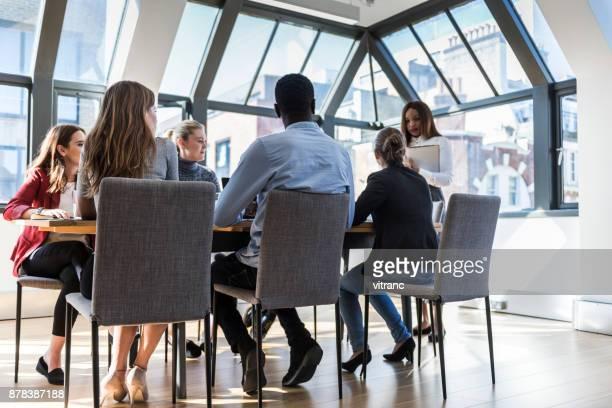 Femme d'affaires, parler d'une réunion