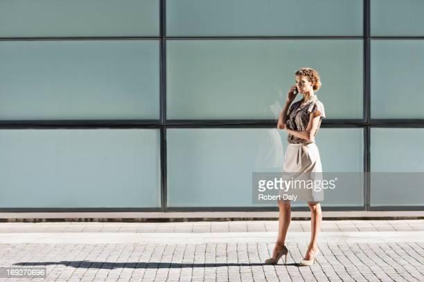 Mujer de negocios hablando por teléfono celular