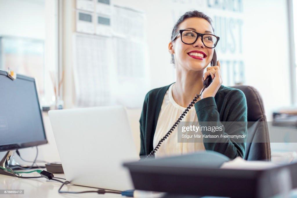 Geschäftsfrau Festnetz telefonieren im Büro : Stock-Foto