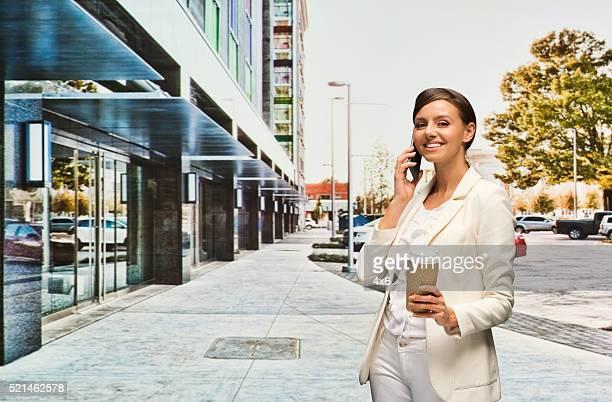 携帯電話で話しているビジネスウーマン