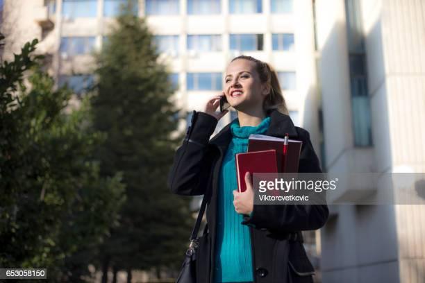 Femme d'affaires parler sur un téléphone mobile