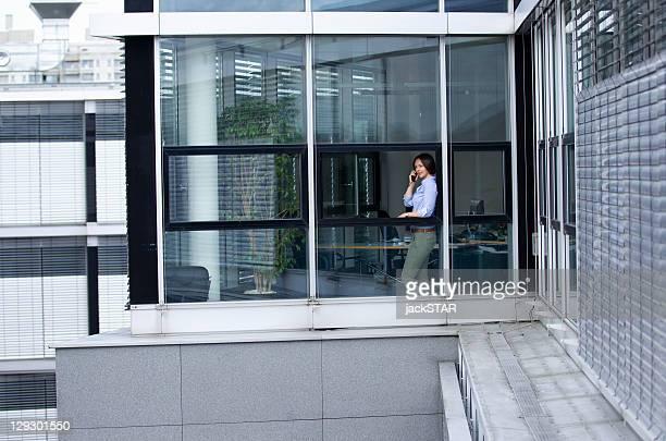 Geschäftsfrau spricht am Telefon im Büro