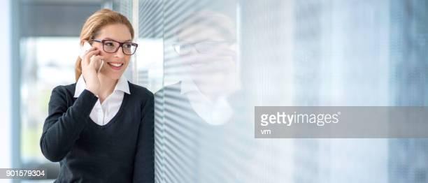 empresária falando no telefone inteligente - imagem superexposta - fotografias e filmes do acervo