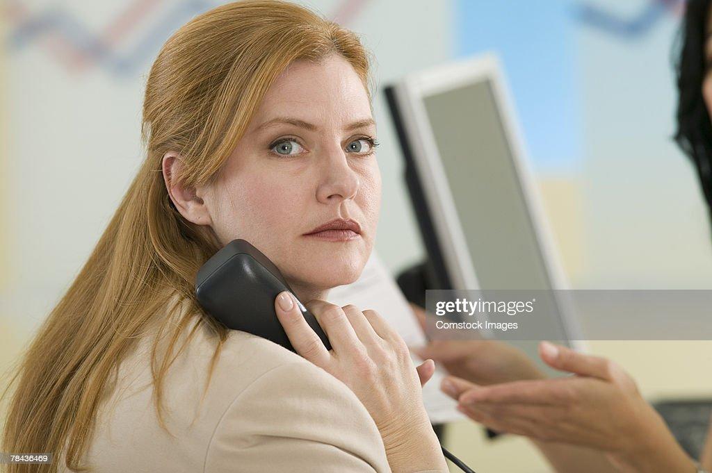 Businesswoman talking on telephone : Stockfoto