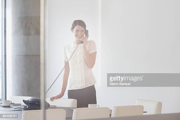 Geschäftsfrau spricht am Telefon