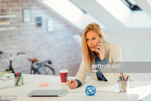 Geschäftsfrau, die am Telefon in ihrem Büro