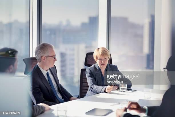 geschäftsfrau im gespräch mit kollegen - generaldirektor oberes management stock-fotos und bilder