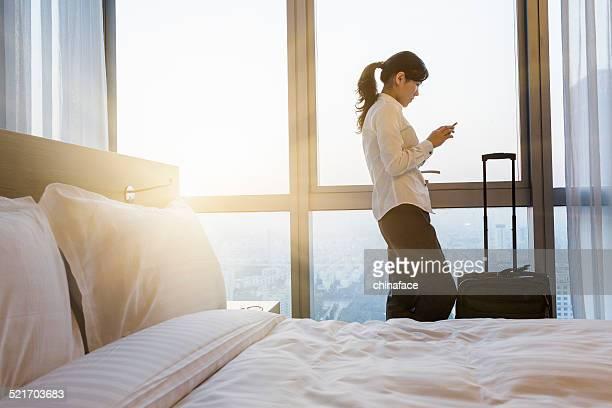 Donna d'affari di SMS sul telefono