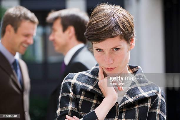 Geschäftsfrau denken im Freien