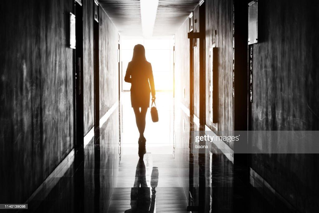 Femme d'affaires par le couloir de bureau : Photo