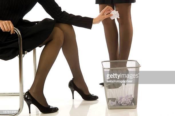 Geschäftsfrau werfen ein Müll