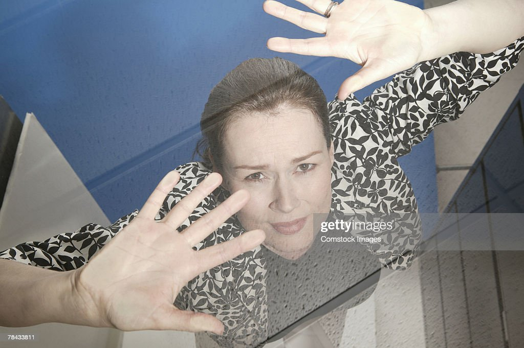 Businesswoman trapped under glass ceiling : Stockfoto