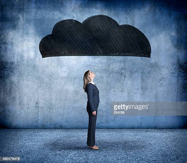 Geschäftsfrau mit einer dunklen Wolken