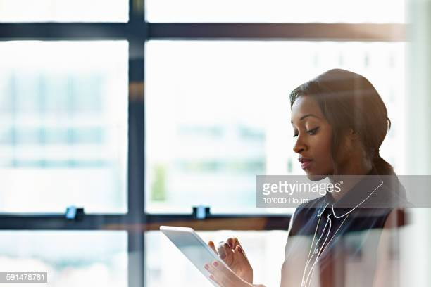 businesswoman using a digital tablet in office - tablet benutzen stock-fotos und bilder