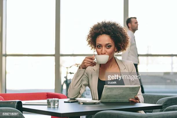 empresaria con una tableta digital en café - izusek fotografías e imágenes de stock