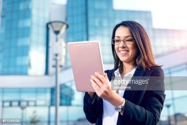 デジタルタブレットを使用してビジネスウーマン