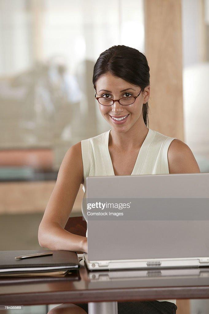 Businesswoman using a laptop : Stockfoto