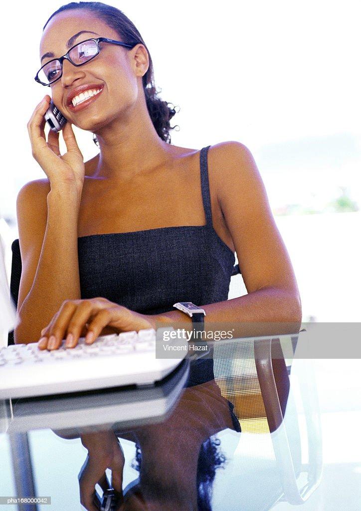 Businesswoman using cell phone : Stockfoto
