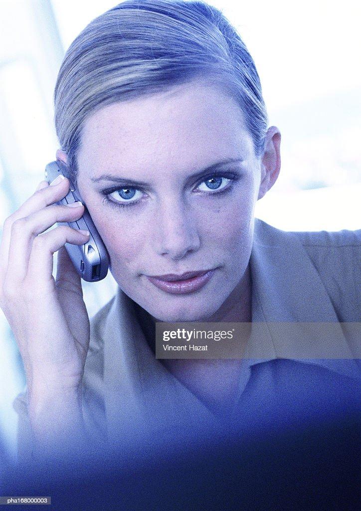 Businesswoman using cell phone, portrait : Stockfoto