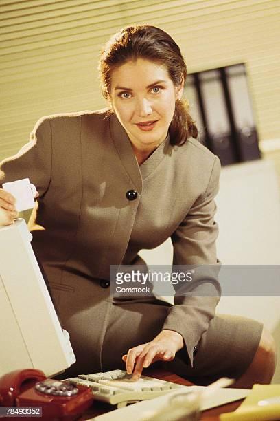 businesswoman using desktop computer - 1990 1999 photos et images de collection