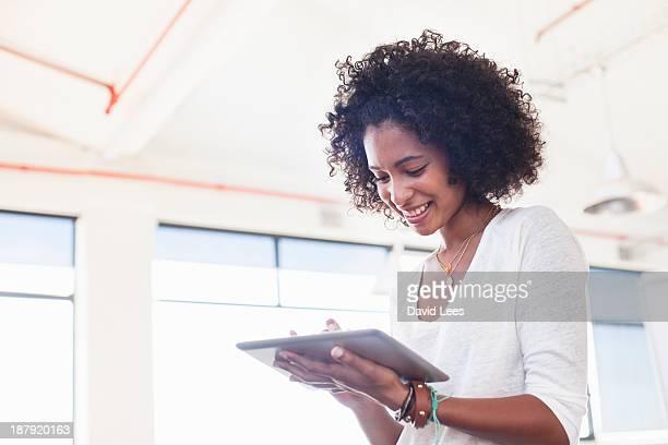 businesswoman using digital tablet in office - computer - fotografias e filmes do acervo