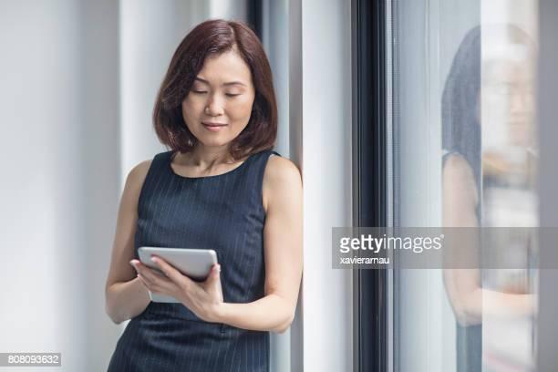 Geschäftsfrau mit tablet PC im Büro