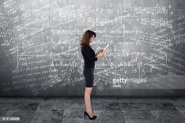 Mujer de negocios usando tableta digital