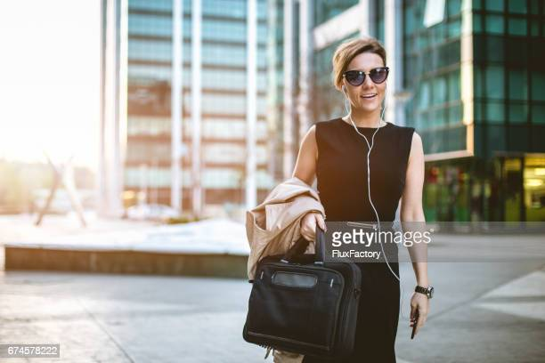 empresaria con auricular y tener una sonrisa hermosa - alta sociedad fotografías e imágenes de stock