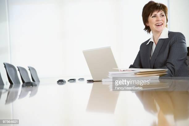 businesswoman using laptop computer in conference room - surexposition effet visuel photos et images de collection