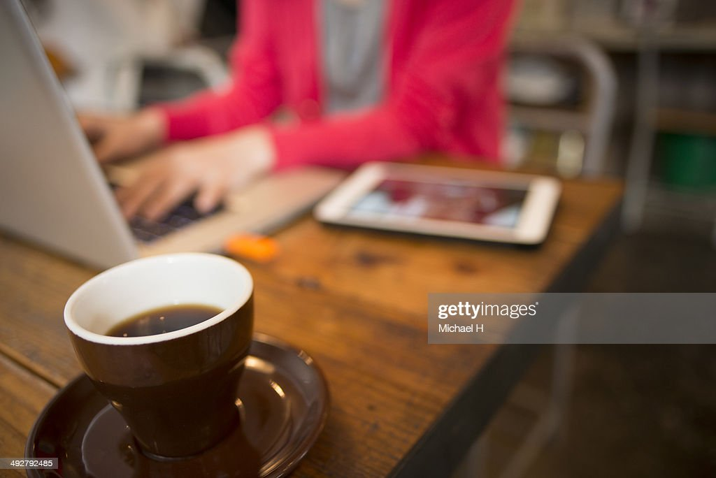 Businesswoman using laptop in cafe : Stockfoto