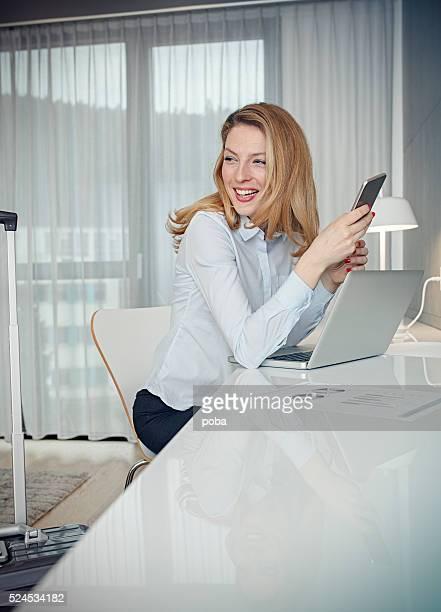 Geschäftsfrau mit laptop im Zimmer