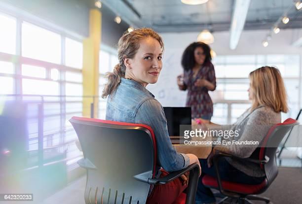 businesswoman using laptop in meeting - selective focus photos et images de collection