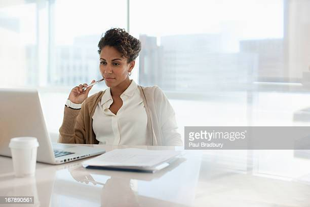 businesswoman using laptop in office - zakenvrouw stockfoto's en -beelden
