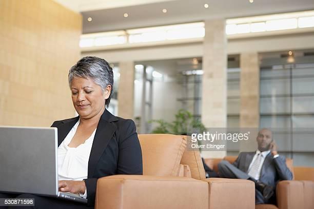 businesswoman using laptop - oliver eltinger stock-fotos und bilder